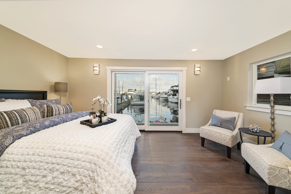 Solstice Houseboat Master Bedroom.jpg