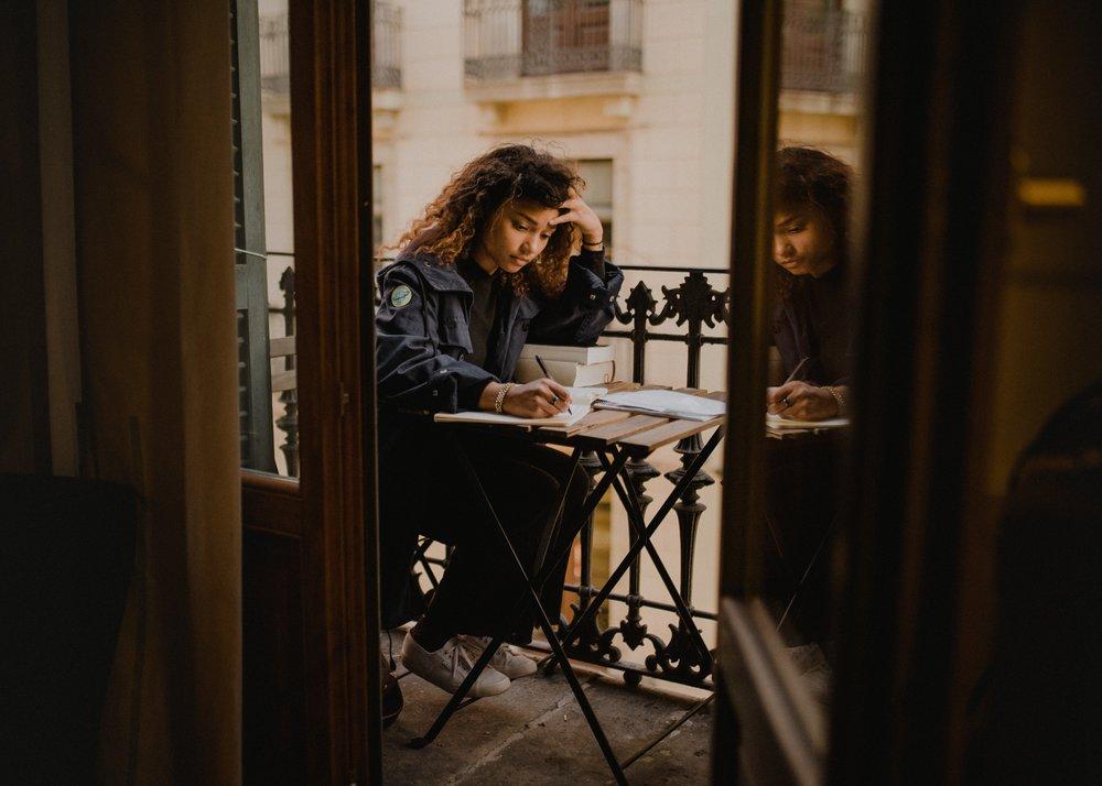 Haz una lista. - Escribe hoy, en este momento si puedes o después que termines de leer este artículo, ¿qué te pone de buen humor? Quizás es una serie, o tomarte una copa de vino con una amiga mientras vociferan sobre el maldito patriarcado (eso siempre me funciona también). ¿Quién es esa amiga? Escribe su nombre. O, quizás, es solicitar una reunión con tu hermandad feminista. O salir con tu pareja a cenar. O simplemente hacer ejercicio. O ir a terapia. Lo que sea que te ayude a TI, es EXACTAMENTE lo que deberías hacer. Cada una tenemos una forma de auto-cuidarnos distinta, y es importante que tu conozcas la tuya para poder manejar mejor las señales de desgaste emocional.