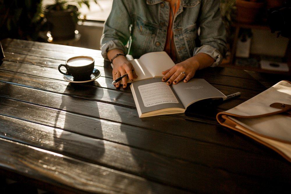 A nivel profesional - Piensa qué cosas haces diariamente para avanzar tu carrera. No necesariamente tiene que ser algo para subir la escalera organizacional, sino algo para profundizar lo que quieres hacer con tu carrera en un futuro. Puede ser leer un libro una vez al mes sobre tu profesión, suscribirte a un newsletter asociado a lo que haces, revisar LinkedIn y leer algún artículo interesante una vez a la semana, o simplemente reunirte con colegas con cierta periodicidad para conversar sobre los retos y ventajas dentro del área profesional en la que te mueves.