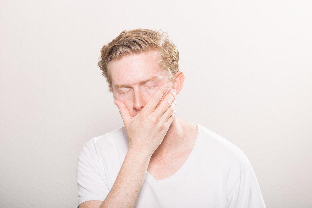 """3. Reaccionas con facilidad, incluso ante las cosas """"aparentemente"""" pequeñas. - ¿Sientes que todo te molesta más que antes? ¿Que las personas a tu alrededor te fastidian? ¿Te encuentras más irritable que nunca? Estas son todas manifestaciones que podría estar ocurriendo algo con tu salud mental. Un psicoterapeuta te puede ayudar a definir mejores estas emociones, así como canalizar este enojo de una manera más productiva."""