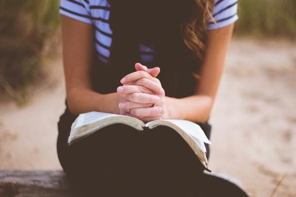 Mulher-orando-com-a-bíblia.jpg