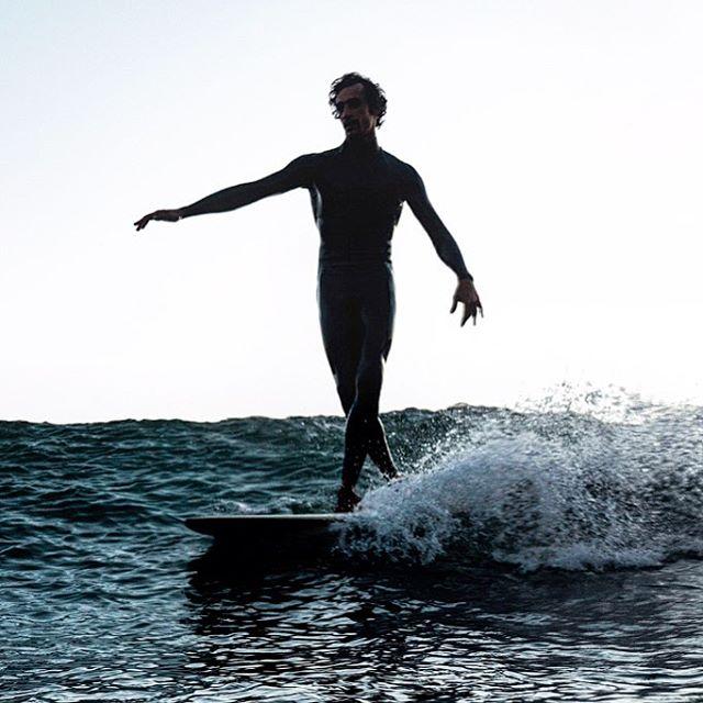 ADORE this elegant image of bae taken by the *amazing* @kat_reynolds // 4 more dayssss @olhoam 💙💙💙 . . . . . . . #surf #surfer #morocco #ocean #elegance #grace #beauty #bae #habibi