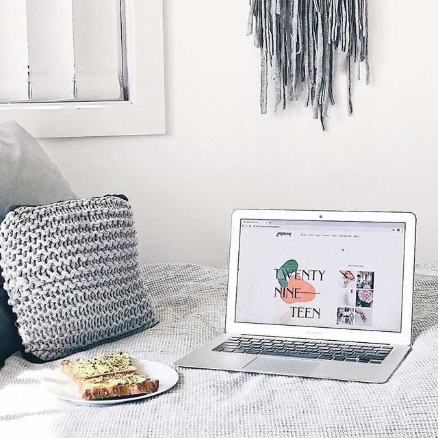This morning's 🥑 toast & @jasminedowling inspo ✨ ⠀⠀⠀⠀⠀⠀⠀⠀⠀ My fav avo toast at home recipe is: homemade @annabellangbein busy people's bread, avo, lime juice, salt + pepper, and tabasco - simple but so good! 💕 ⠀⠀⠀⠀⠀⠀⠀⠀⠀ Jasmine is my go to for inspo when I'm looking to get creative. Her instagram posts/stories & website posts are 😍👌