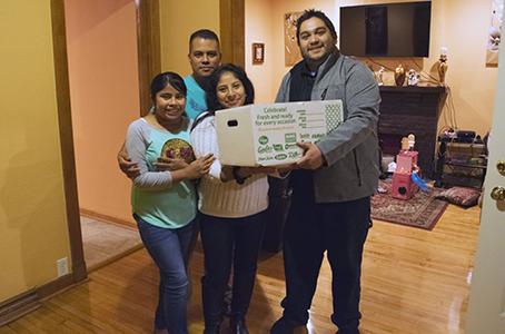 Jociel y su esposa e hija, una familia verdaderamente trabajadora. Una bendición para su comunidad.