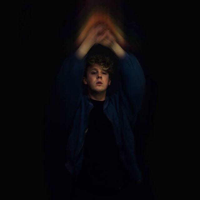 """• Anton Nessvi • SLÄTTENFESTEN • 1 September  Det här blir kul! Med sina 80-talsdoftande poplåtar och svenska texter blev Anton Nessvi nominerad som """"Årets Nykomling"""" på Manifestgalan 2018. Detta efter att under 2017 ha släppt sina debutsinglar Sveriges Största Zombie och Dina Lakan, som av Festivalrykten.se beskrevs som """"en atombomb i popform"""". Anton är även låtskrivare och sångare i Pilotsonen sedan 2014 och har bland annat varit förband till Love Antell, Laakso och Thomas Stenström. Under 2018 släpper han sin debut-EP som just nu färdigställs i studion."""