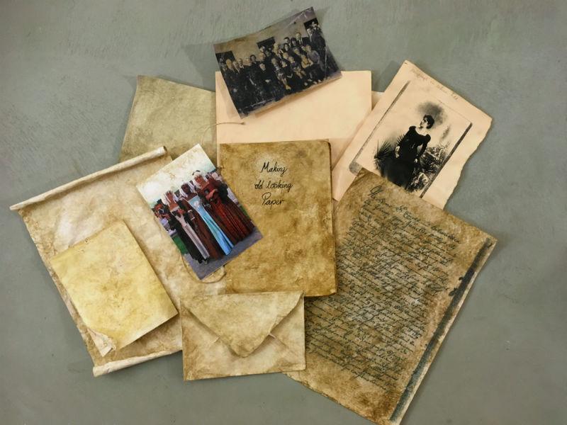 Papier und Fotos patinieren