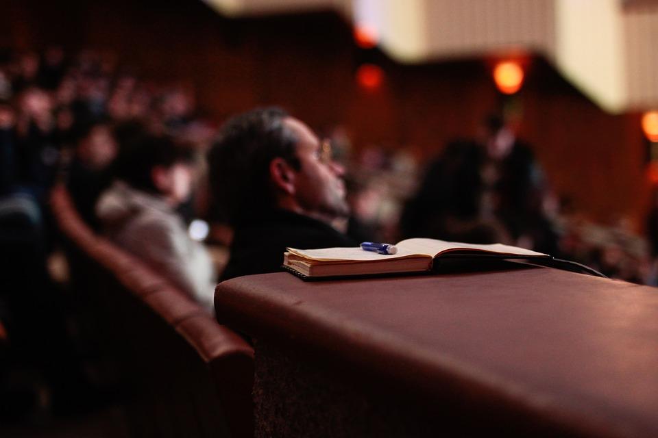 """Venez nombreux à la prochaine conférence organisée par le Master 214, intitulée : """"L'exploitation des ressources naturelles, bénédiction ou malédiction ?""""."""