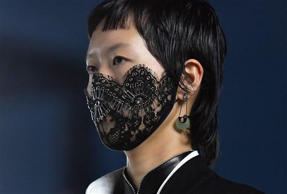 180619-alexander-wang-surgical-mask-2-se-457p_296070b6a039a508618cd47c946fc620.fit-560w.jpg