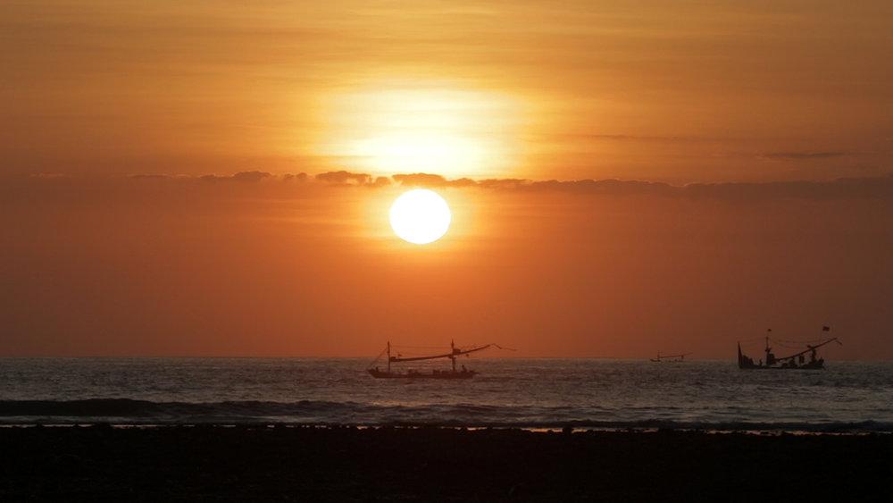 Uluwatu Sunset w boats.jpg