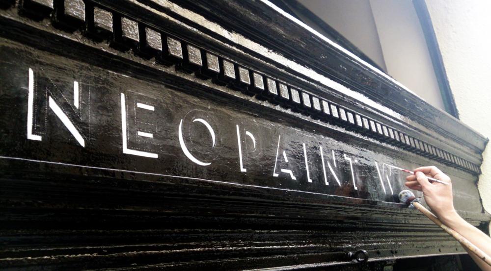 Kézzel festett portál felirat