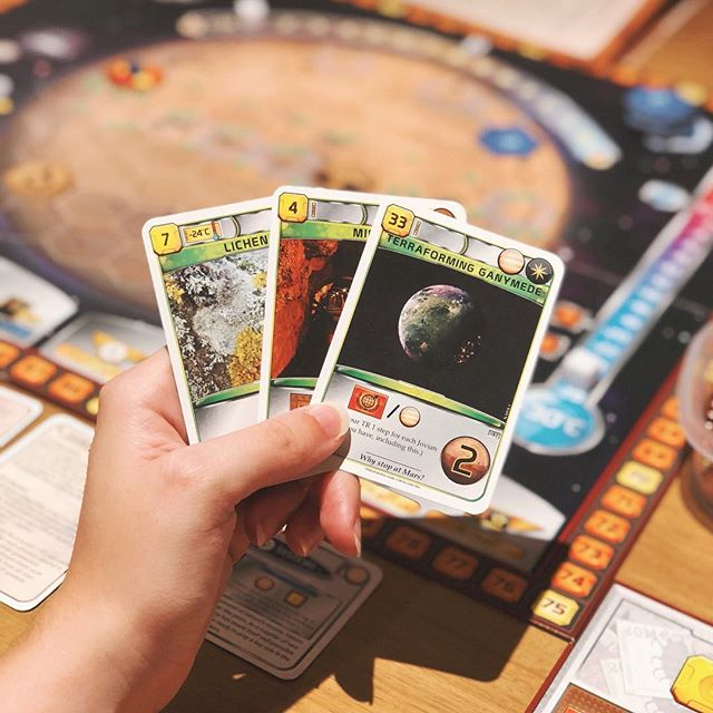 🎶 Is there life on Mars? 🎶 ⠀⠀⠀⠀⠀⠀⠀⠀⠀ If you missed it last week, there's a new review up on the blog of Terraforming Mars! The link is, as always, in our bio 😊