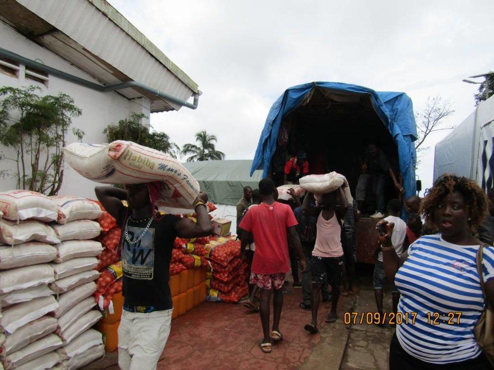 volunteers-helping-distribute-food-2017-09-07-PHOTO-00000307.jpg