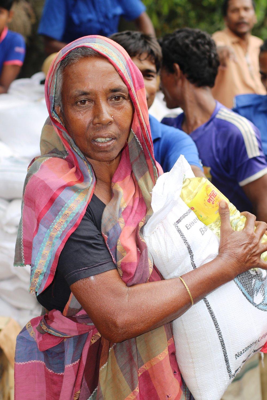 Bangladesh-courtesy-of-BNM-Flood-victim-receives-aid-at-Chakgabindopur-of-Naogaon-3.jpg