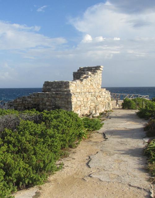 Las ruinas de un templo réplica en Punta Sur (crédito de la foto: J. McCaughan)