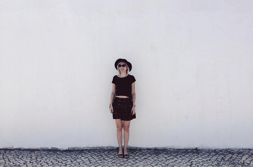 Un about muy corto - Me llamo Maria Ionescu y solo tengo un apellido, porque soy rumana.Soy diseñadora gráfica experta en redes sociales creativas y fotografía pero además dibujo, pinto, me gusta leer y comer, miro series…todo más o menos a la vez.Llegué a Lleida en el 2003, por mi familia y estoy encantada de haberme desarrollado aquí profesionalmente. He acabado una Escuela de Arte, un Grado en Diseño Digital y un Master en Dirección de Arte. Mi trabajo tiene como objetivo ayudar a las marcas y los negocios conseguir una imagen corporativa y unas fotografías a la altura de sus productos. Puedes escribirme y seguirme por las redes sociales.