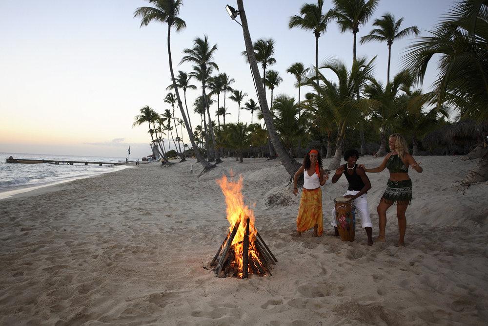 Vuur op het strand op de Dominicaanse