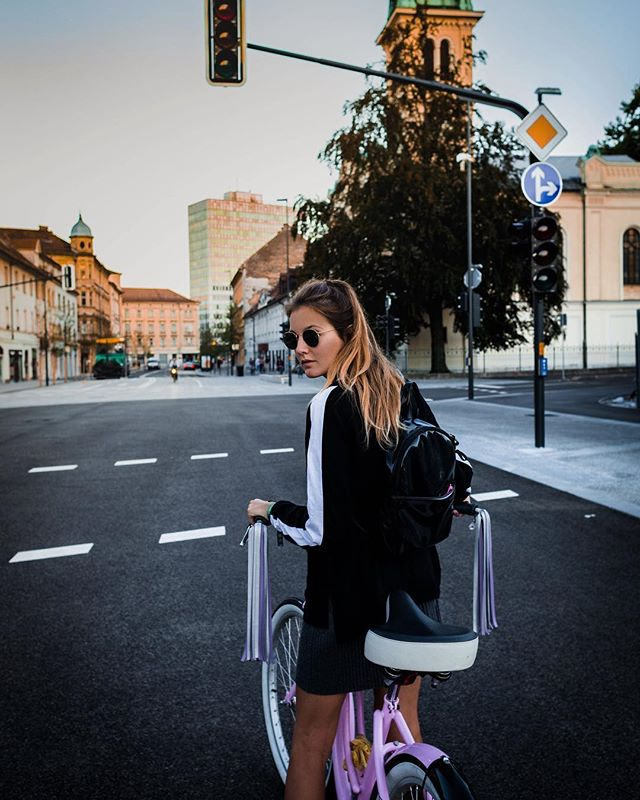 A greva en krog? 🚲 . . . . #bingelci #streamers #urban #ljubljanastreets #sloveniandesign #handmade #tassels #cycling #bicycle #summernights #summervibes #vsco #vscotravel #vscocam #fashion #ootd #streetsyle #instafashion #instastyle #leather #fauxleather