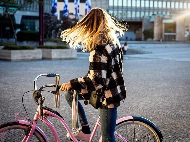 I can smell autumn dancing in the breeze 🍂🍃 . . . . #bingelci #autumn #herbstoutfit #streamers #bikelife #visitslovenia #thetravellerwomen #thewanderingtourist #worldnomad #cycling #35mm #handmade #photography #urbanfashion #ljubljana #streetsofljubljana #visitljubljana #wandermore #wanderlife #sunset #iamtb #blondsandcookies #cybercorner #fashiongals #blonde #fashionaddict #autumnmood #sunnymood #prettylittleiiinspo