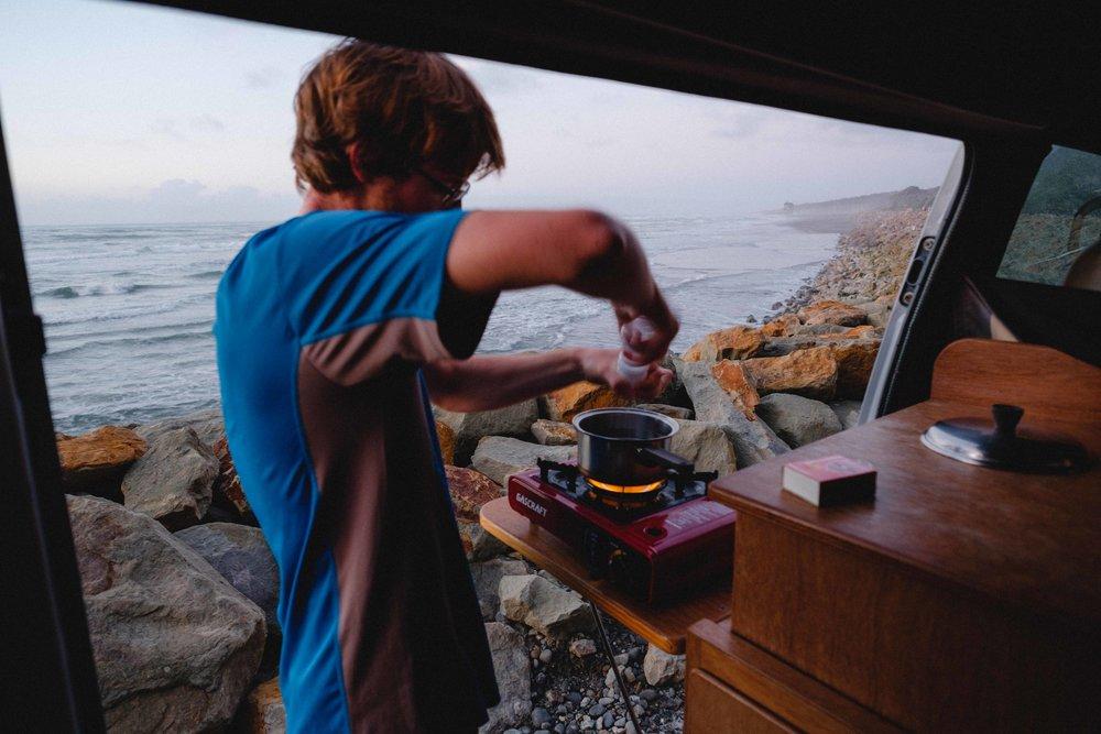 ..notre belle journée se termine par un bon petit repas, préparé avec le bruit des vagues qui vont et viennent, pendant que le soleil se couche :)