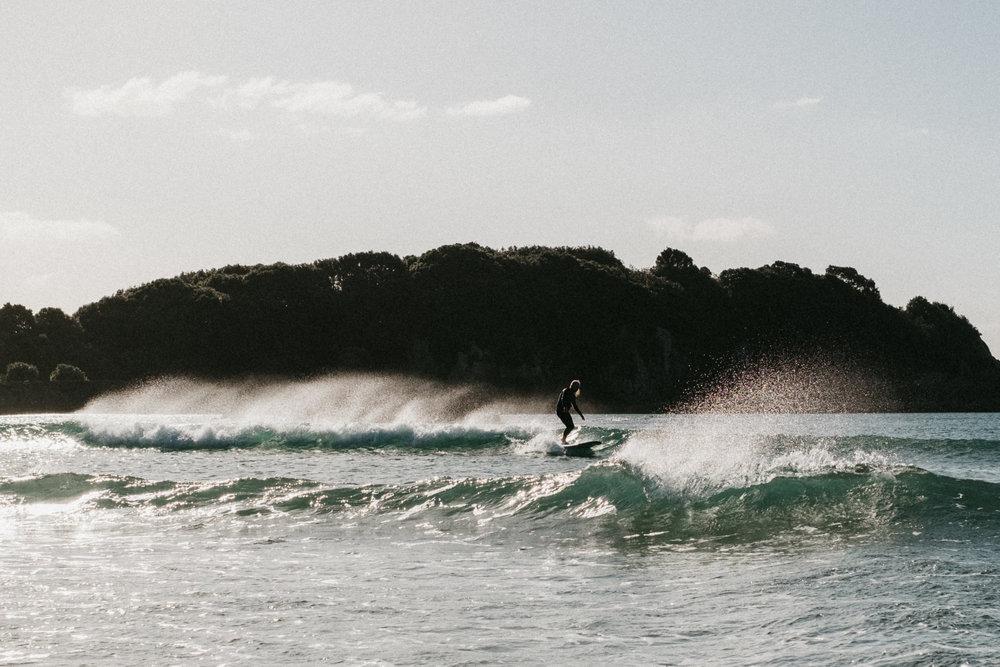 (..le prof de surf ..qui dompte la vague :p)