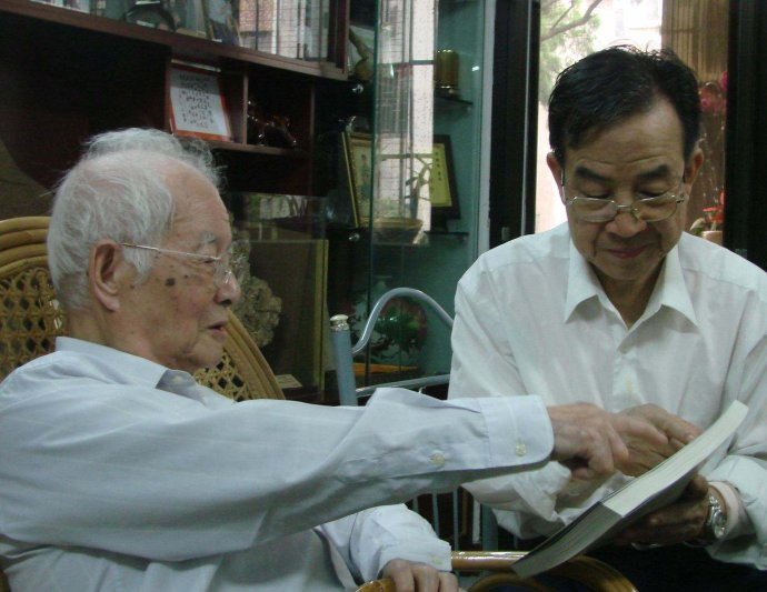 Chinese medicine master Prof. Deng Tietao (left) and his disciple Prof. Xiao Xinhe (right)