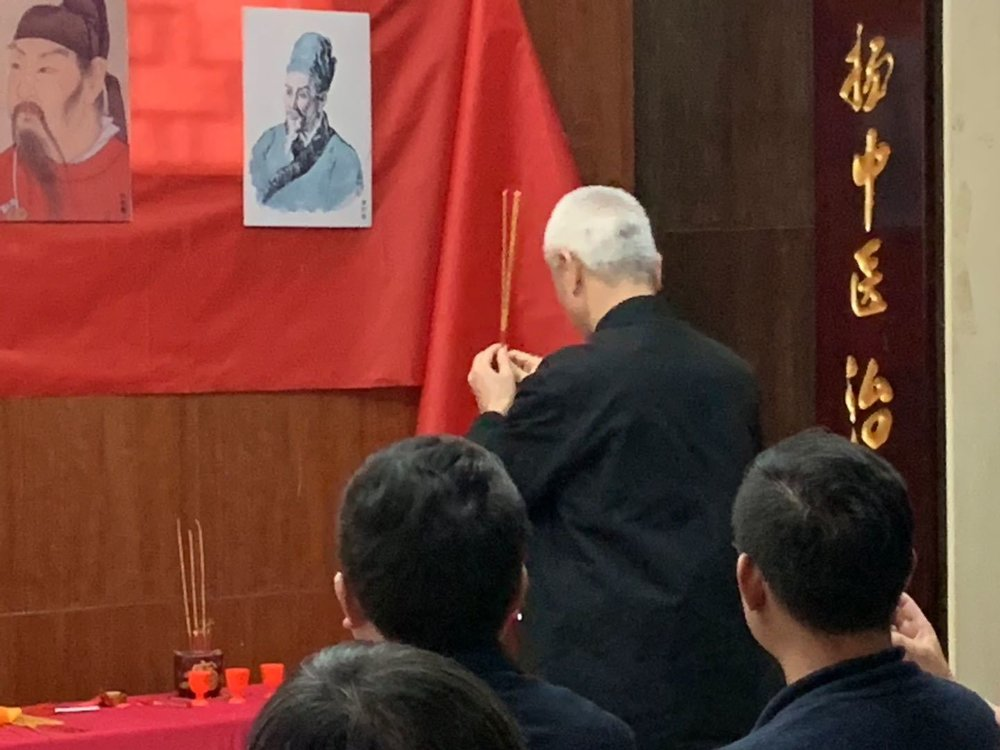 Dr. Wu bowing, and offering incense and ceremony wine to Chinese medicine masters Zhang Zhongjing, Sun Ximiao, Deng Tietao's pictures.