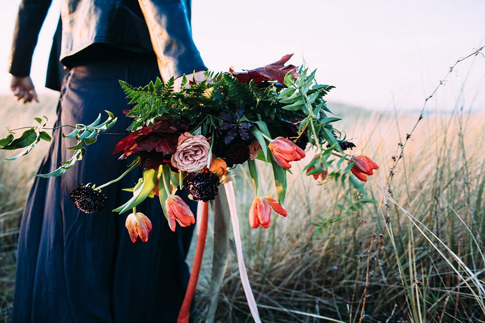 15-wilde-thyme-wedding-flowers-styled-by-cherish-st-ouen-retro-beach-shoot.jpg