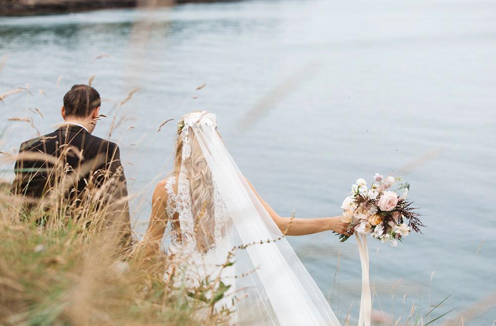 19-wilde-thyme-bride-groom-bridal-bouquet-garden-roses-silk-ribbon-jersey-wedding.jpg