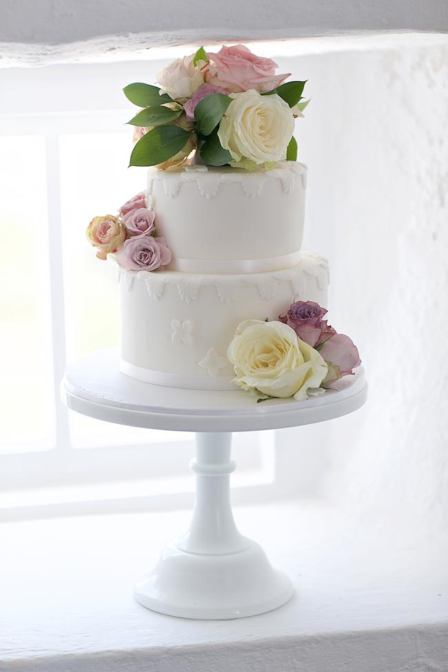 4-wilde-thyme-wedding-flowers-cake-decor.jpg