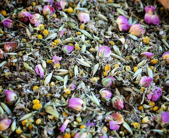 ::ᶠᴸᴬˢᴴ ˢᴬᴸᴱ :: ᴴᴬᴺᴰᶜᴿᴬᶠᵀᴱᴰ ᴹᴬᴹᴬ ᵀᴼ ᴮᴱ ᵀᴱᴬ:: •• This deeply nourishing tea blend is full of herbs and flowers to lift the spirits and soothe the soul. •• Blended to provide deep nourishment for both mama and baby, it is full of essential vitamins such as vitamin A,C, D, K & B, phosphorus and potassium, and easily assimilated calcium and iron. •• Don't let the name fool you though, this blend is deeply nourishing to women of all phases and provides a full spectrum of plant based vitamins and minerals, not to mention it's absolutely delicious. I have been making my Infusions in the evening, keeping them in the refrigerator over night and enjoying this blend as an iced tea on these hot summer days! •• This blend helps to tone the uterus throughout pregnancy and postpartum as well as supply mama the minerals she needs for optimal milk production while at the same time deeply nourishing her nervous system and spirit. •• When brewed in the Wise Woman Way, as mentioned below, this tea can serve as a daily plant based multivitamin - proving full spectrum support and nutrition throughout pregnancy and beyond! •• The Wise Women way of herbal infusions suggest you drink at least one 32oz. mason jar, steeped with ¼ jar full of herbs per day. Let the herbs steep covered for at least 20 minutes, and ideally for an hour, or even overnight  if possible. You can rebrew the herbs 2 times per day if desired. •• All herbs in this blend were lovingly grown and harvested from my garden, or locally sourced from my dear friends @oshalafarm and are freshly dried, vibrant and organic! •• Available now in the Apothecary for 20% off for a limited time! Website is linked in my profile 👆🏻👆🏻 •• #mamatobe#teablend#tea#teamedicine#wisewomantradition#wisewomancare#womenswellness#herbalmedicine#folkmedicine#handcrafted#homegrown#herbalformulations#herbalism#herbalmedicine#herbalapothecary#plantbased#plantbasednutrition#embodiedwellnessforwomen#plantmedicine#mama#motherhood#womensupportingwomen#manamedicinals