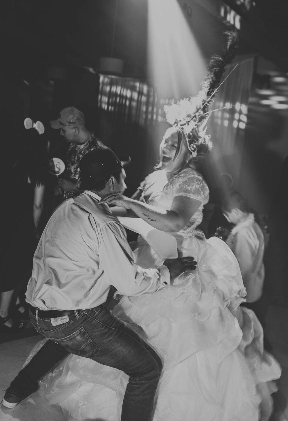 EL DÍA DE LA BODA                                    Siempre acompañamos la preparación de la novia y del novio para captar esos momentos. Recomendamos que la novia esté pronta 40 minutos antes de la ceremonia para poder fotografiarla con tiempo. Nos gusta generar una situación cómoda para poder captarla como en verdad es, sin poses estructuradas en un ambiente divertido. La llegada de la novia a la ceremonia es un momento súper importante. Buscamos pasar desapercibidos y así dar prioridad al momento íntimo de la pareja, ese primer cruce de miradas. Cuanto más natural sea este momento, mejores fotos lograremos.Una vez terminada la ceremonia nos dirigimos al salón. En este momento recomendamos realizar las fotos de los recién casados lo antes posible para luego pasar a las fotos familiares. Personalmente preferimos que sean con familiares cercanos y los más amigos, así es breve y pueden disfrutar de la gran noche, nadie quiere perder una hora en esto.Luego comienza la fiesta y todo es mas fácil y divertido. En la fiesta mantenemos el estilo de documentación, es decir, no pedimos fotos, las generamos. Estamos cerca de la pareja todo el tiempo, ¡somos parte de la celebración! -