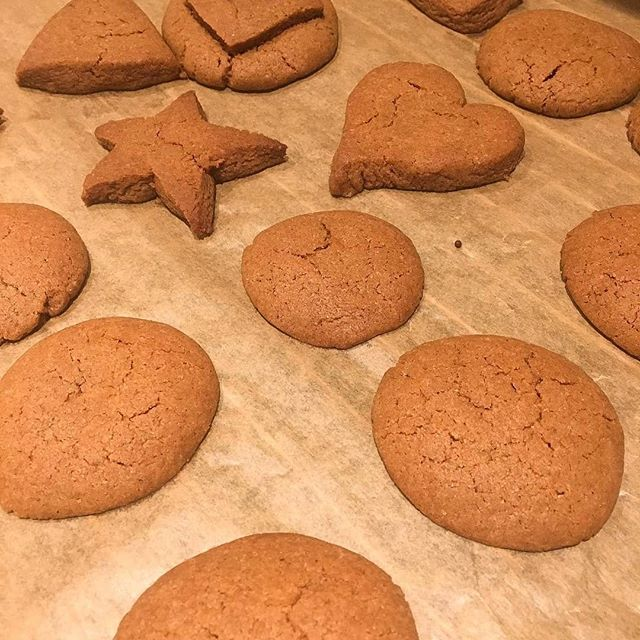 #Repost @isabellannhi • • • • • 🍪Schönen Nikolaus 👢 . . , Na habt ihr schon Weihnachtsplätzchen dieses Jahr gebacken ? 🌲 . . . Wir hab's heute gewagt und haben ein bissel geschummelt, denn unser Teig war schon fertig ^_^ Ein großen Dank an @cake_berlin und @sconey_island , dass ihr uns den Cookie Dough zur Verfügung gestellt habt :D Deswegen ging das ratz fatz und im nu hatten wir heiße Kekse aufm Tisch 🍪 Wir drei sind sehr erfahrene Bäcker(nicht) und haben gekonnt nach 15 min die Kekse aus dem Ofen geholt und fachmännisch aufgestapelt 🙌🏻 Es gibt einmal die Variante Schoko Chip Keksteig und Lebkuchen Keksteig und ihr könnt ihn sowohl roh als auch gebacken naschen 👅 Nachdem ich eure scones schon abgefeiert habe und mir des Öfteren einen in der Mittagspause von der @biocompanyofficial hole, habe ich mich umso mehr über das neue Produkt von euch gefreut :) . . . . . .  #cookies #cookiedough #prenzlauerberg #keksteig#weihnachtsbäckerei #kekse #donnerstag  #food #keksebacken #sconeyisland  #berlin#berlinstagram  #berlinfood #berlinstyle #baking #happy #adventszeit #december #advent  #goodvibes #dezember  #foodblogger #foodstagram #foodlover #foodphotography #foodie #doughnerstag #lebkuchen