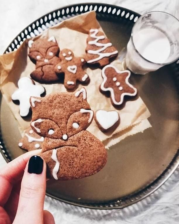 We're still dying over how unbelievably cute these Lebkuchen Cookies turned out 😍  You've still got a week before Xmas: go ahead and get you some of the easiest gingerbread in town!🌲🤶🎁 (💅,👩‍🍳,📸: @choartermi ) . . . .  #cookie #cookies #sconeyisland #vegan #cookiedough #veganfood #vegans #vegano #sugarcookies #baking #chocolatechip #choco #chocolate #chocolatelover #chocolatechipcookies #homemade #handmade #berlin #supportlocal #organicfood #gingerbread #lebkuchen #xmas #christmas #advent #dessert #cookiemonster #doughnerstag #gingerbreadcookies #supportsmallbusiness