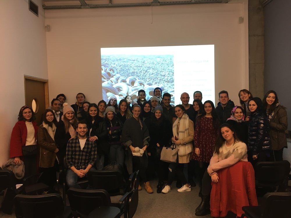 Istanbul Bilgi Üniversitesi'nde Döngüsel Ekonomi 101 dersi  - 25.12.2017 - Ekosistemimizden endüstriyel tasarimci Ömer Haciomeroglu ile birlikte akademisyen Onur Çokuludag'in daveti üzerine gastronomi ögrencileriyle bir araya geldik ve döngüsel ekonomiden bahsettik.Bu yeni ekonomik modeli ve yemek sektöründeki denenmis uygulamalari dinleyen ogrenciler kariyerlerinde bu bilgileri nasil uygulayacaklarini tartisti ve yaratici çözümler gelistirdi.