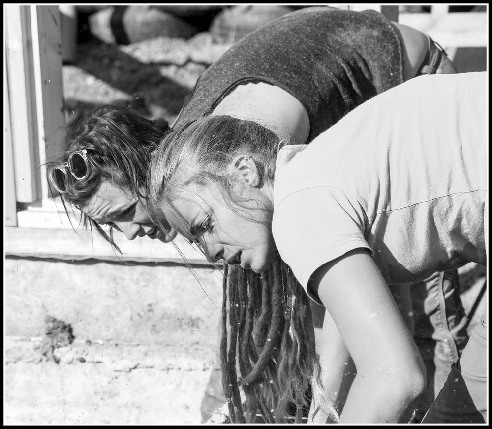 Agate y Jeane - Agate (FUNDADORA): Agate ha estado estudiando Desarrollo Internacional y Educación y Sustentabilidad en Londres por varios años y decidió comenzar este proyecto.Jeane (LOGISTC MANAGER): Jeanne Jeane ha trabajado para Earthship y en la construcción tradicional durante más de 10 años, es una gran constructora y maestra.