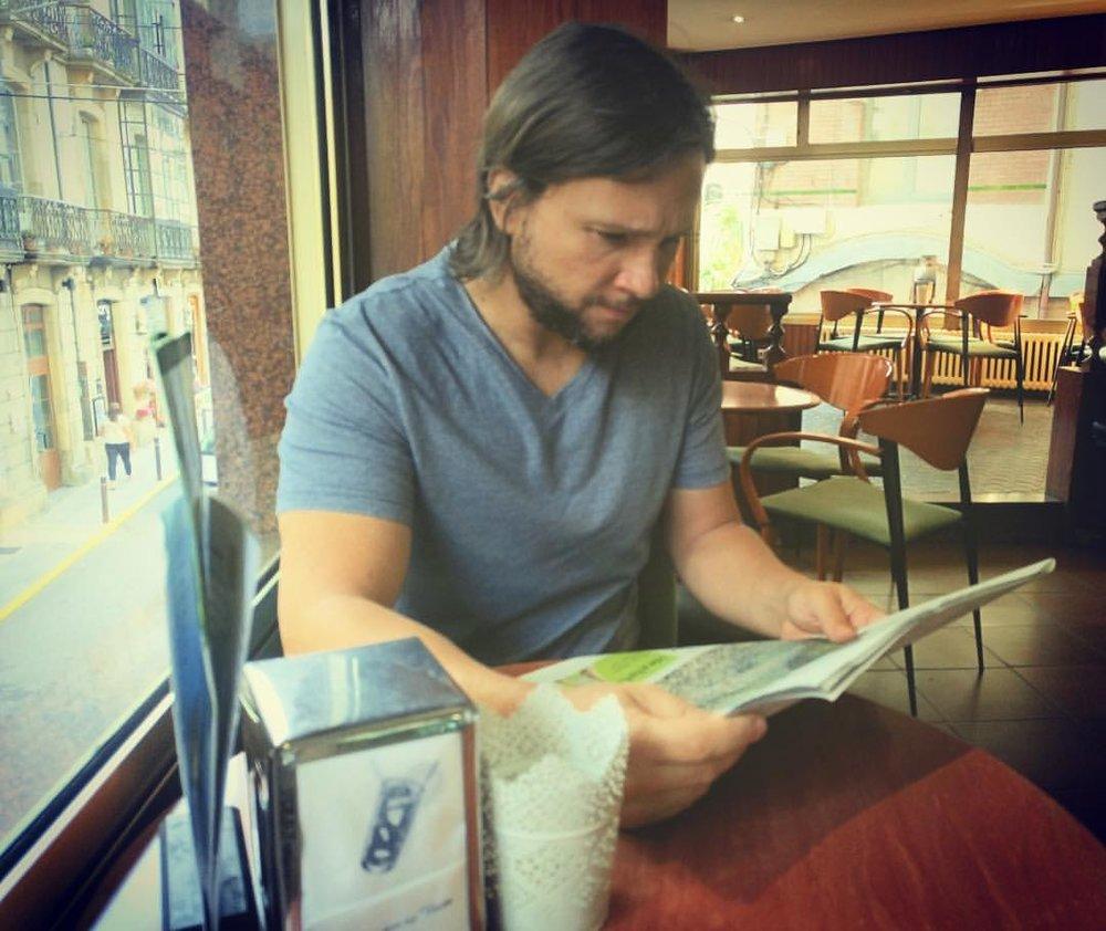 Yo, leyendo el periódico.