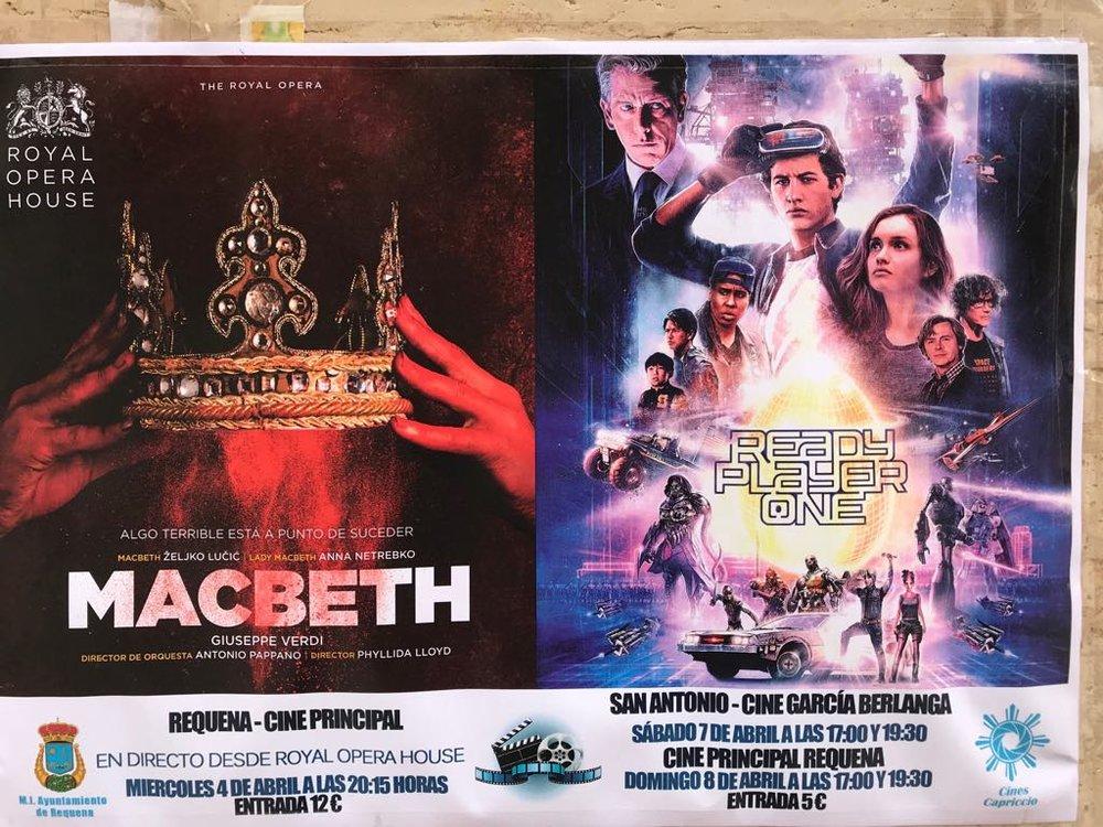 Estos son los cartelitos que pegan en mi aldea. Cada semana hay ópera y cine.