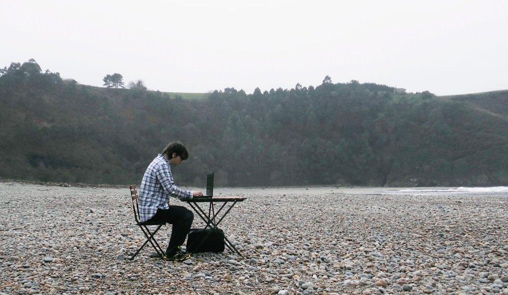 Esta foto me la saqué con el automático en Asturias. Es mi foto favorita porque representa bien mi vida: solo, escribiendo.