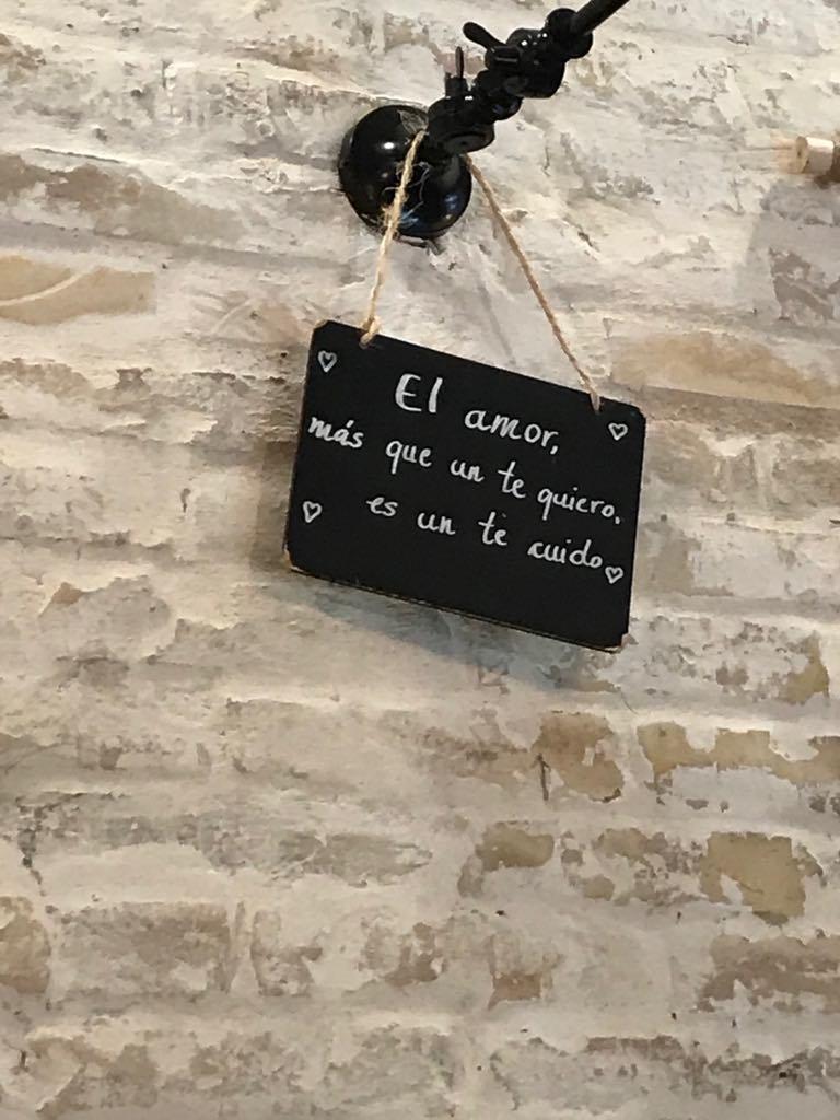Para colmo, este patético y enfermizo cartel podía leerse en el local. Parece que creen que el amor es algo muy parecido a pillarse un perro.