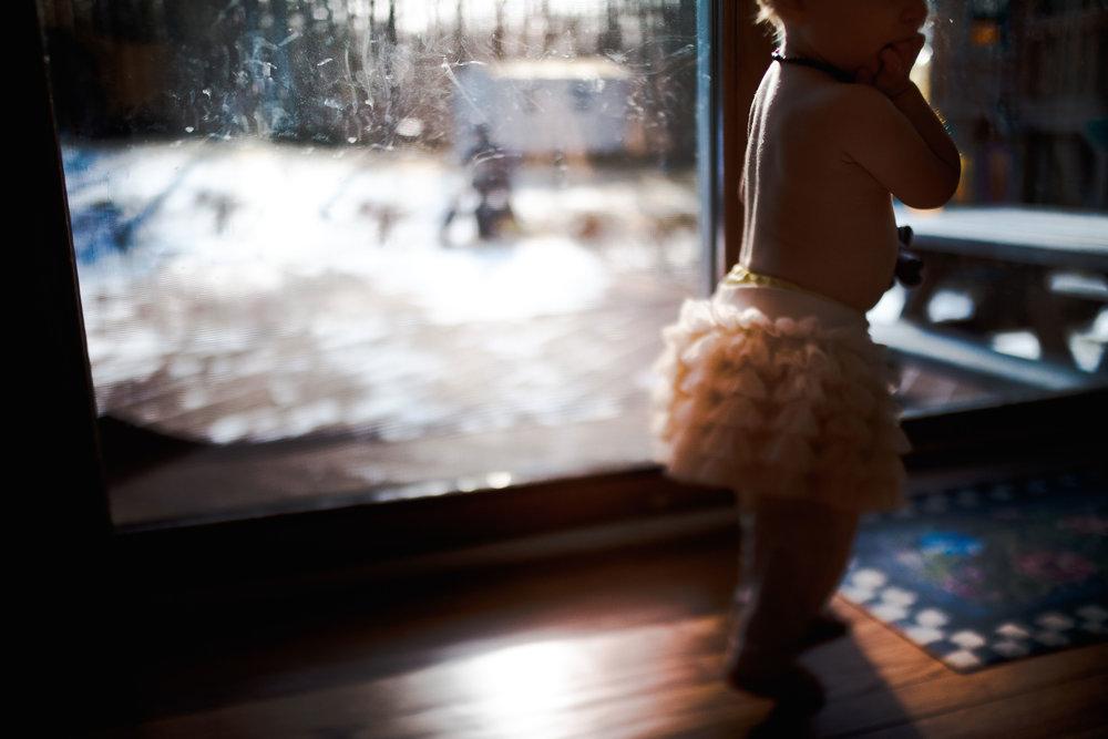 window-light-toddler-girl-skirt-freelensed-hamilton-childrens-photographer.jpg