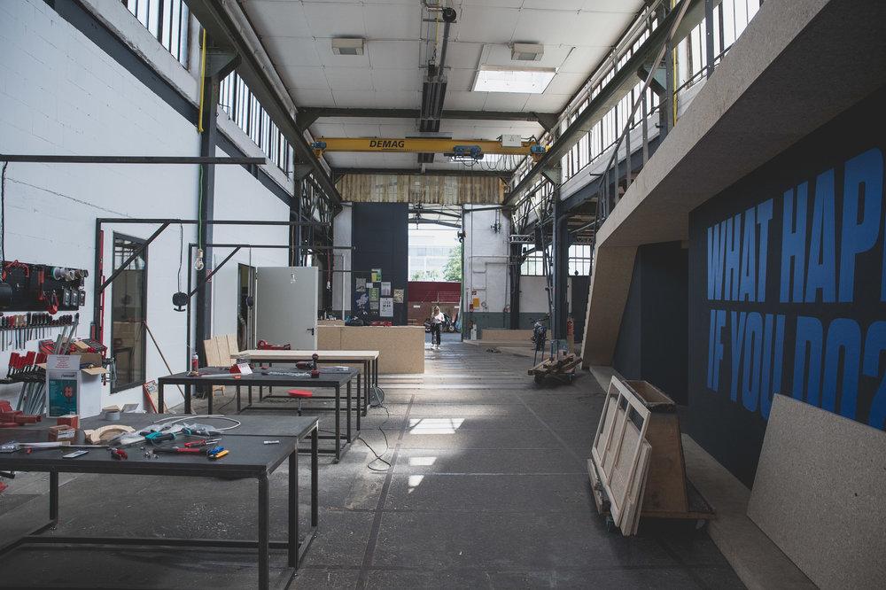 Über 1.500 qm um dich auszutoben! Benutze alle Werkstätten und Maschinen, die wir haben. Uns ist es super wichtig, dass Du das richtige Umfeld vorfindest um dein Projekt umzusetzen!