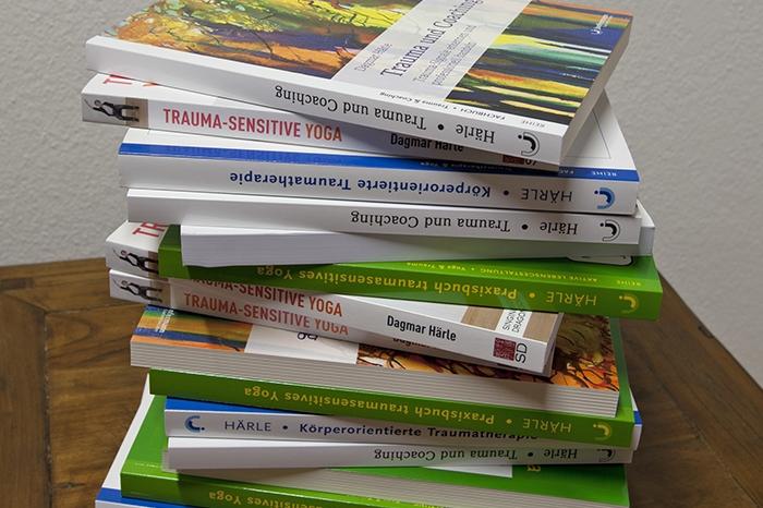 Bücher über traumasensitives Yoga, Dagmar Härle - Hier finden Sie meine Fachbücher zum Thema traumasensitives Yoga, Trauma und Coaching sowie weitere Literarturtipps.Mehr zur Literatur erfahren.