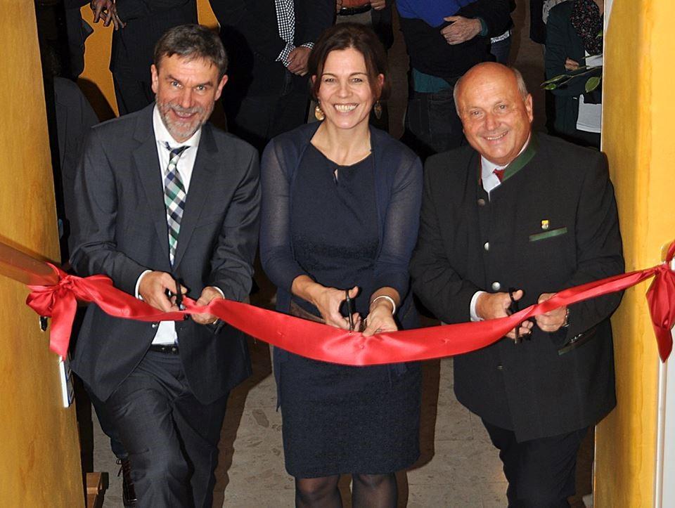 - Eröffnung Trinity Privatschule in KarnburgHubert Jarnig - VorstandsvorsitzenderPetra Plonner - Trinity GründerinAnton Schmidt - Bürgermeister von Maria Saal/Karnburg