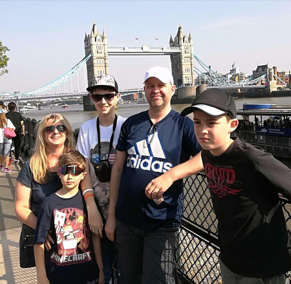 - Claudia mit ihrer Familie auf Urlaub in England