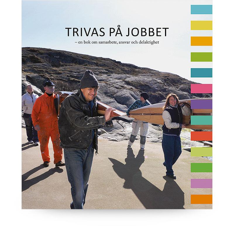 Omslag till boken Trivas på jobbet. Fem personer bär träkajaker på en klippstrand.