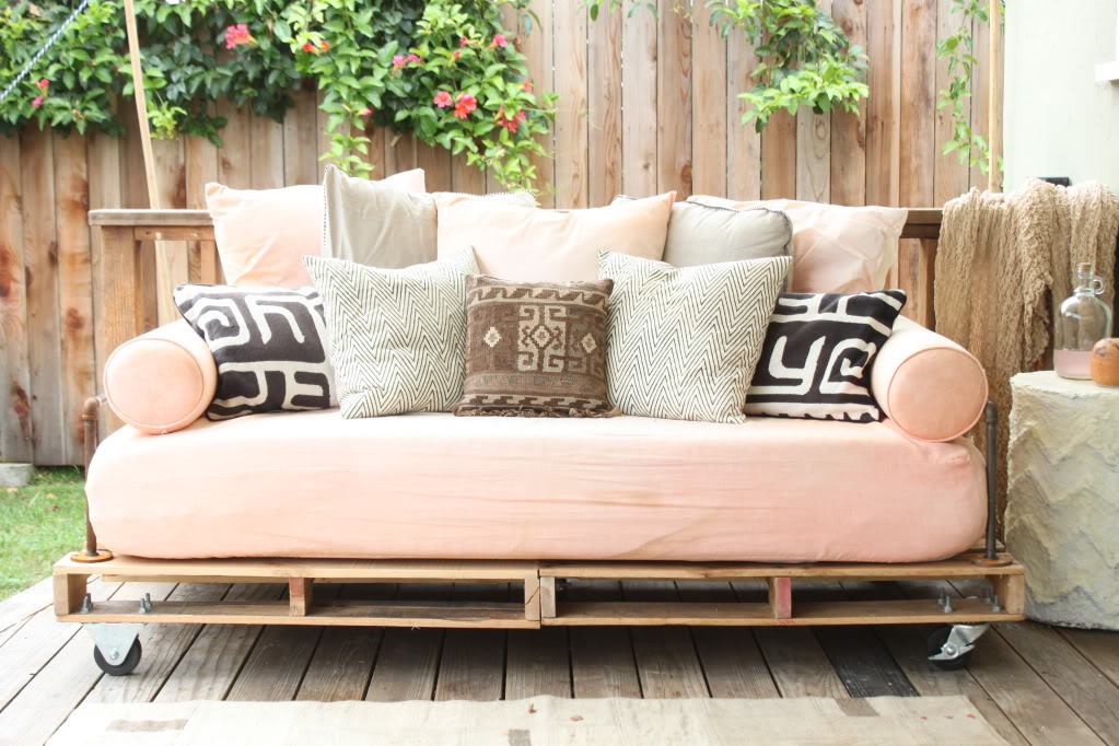 diy-pallet-outdoor-couch-1