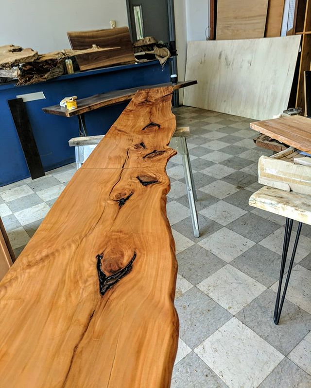 #KWW  Sure knows how to pick 'em 😍 . . . Each project here at @konturwoodworks receives individual attention to character & details - artistically fashioned from the most unique materials! 🌿 This shelf is two sister cuts from a slab of local #Sycamore, joined to run a consecutive 20' across a bar cabinet - the results are truly iconic ✨ Just imagine what could we design for you! ☺  #KonturWoodworks #DesignerDecor #ArtisticFurniture #Bartop #Liveedge #Bar #SustainableLuxury #LuxuryDesign #Woodwork #ThisisCle