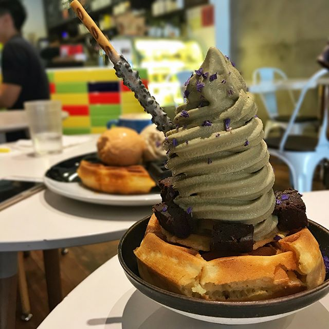 Hojicha soft serve on waffle and yuanyang waffle with Thai tea and peanut butter gula melaka gelato! Yay to a happy Sunday afternoon spent eating and laughing 😋
