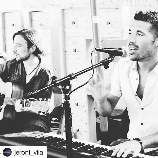 #Repost @jeroni_vila with @get_repost ・・・ Hi ha hagut un canvi! El concert del 4 d'agost a Olot serà aplaçat, nova data en breu. Va ser una experiència molt bonica cantar dissabte al Vidmar Festival acompanyat de Borja Hernández. Avui començem a parlar-vos dels concerts del dia 11 d'agost a la Reciclària de Vic i l'endemà al Vermut musical de l'Ateneu Igualadí. En tenim moltes i moltes ganes!! 🎵✨ http://open.spotify.com/album/6MI1eny5R7NYkAVkRj525E @la_reciclaria  @borja_hdz  @vidmarfestival  @a.culturalgalaxia  #music #musica #songwriter #singer #cantautor #live #concert #directe #vic #igualada #piano #guitar #acoustic #summer #estiu #goodtimes #musicaendirecte #catalunya #musicaencatalà #composer #comunencanteri
