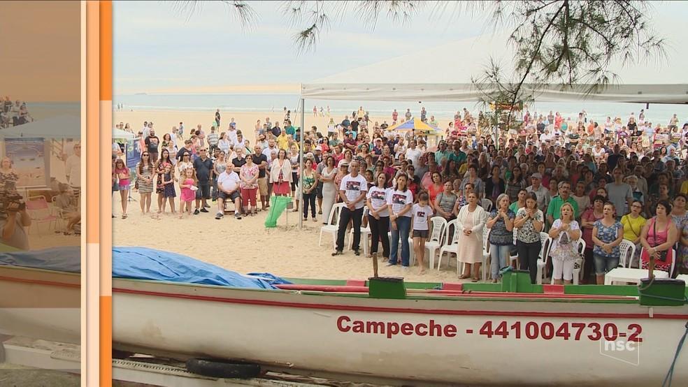 Pessoas reunidas para as comemorações do início da pesca artesanal da tainha, na Ilha do Campeche. Imagem: NSC.
